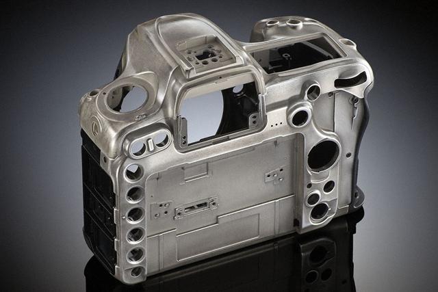 Nikon D500 炭素繊維複合素材とマグネシウム合金を採用