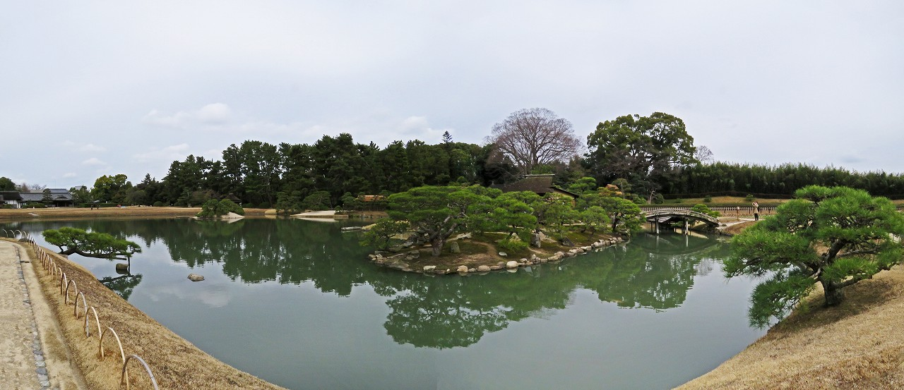 s-20160310 後楽園曇天の今日の園内沢の池ワイド風景 (1)