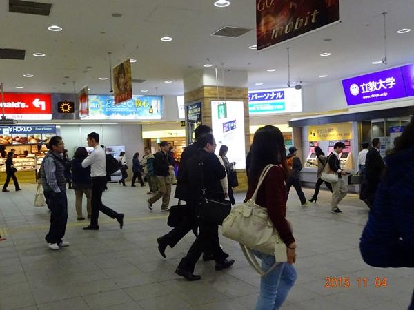 DSC03415横浜駅みんな急いでる