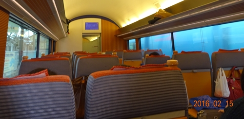 DSC04595座席は外向き