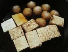 焼き豆腐と鶏だんごの煮物 調理②