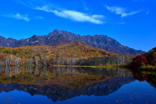 鏡池に映える紅葉の戸隠山