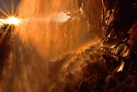 夕日に輝く乙女滝