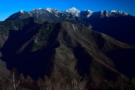 鹿嶺高原から望む新雪の東駒ヶ岳