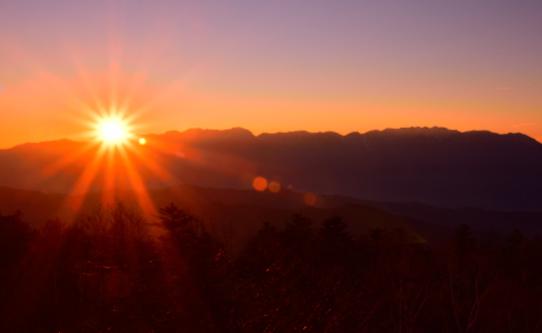 中央アルプスに落ちる夕陽