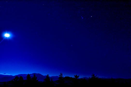 月と星の群れに描かれた仙丈ヶ岳