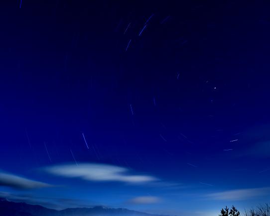 星の光跡と経ヶ岳