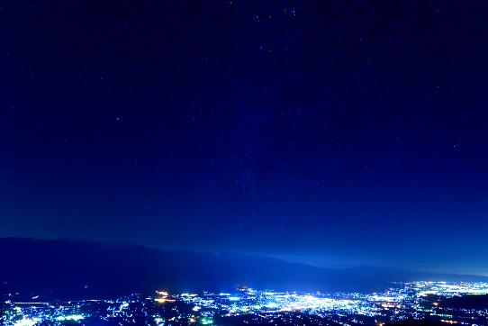伊那谷の夜景と天の川