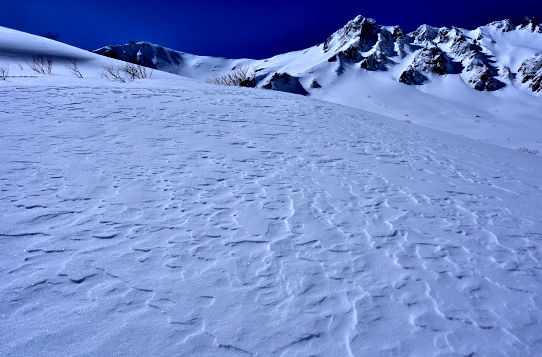 シュカブラの雪原と岩峰