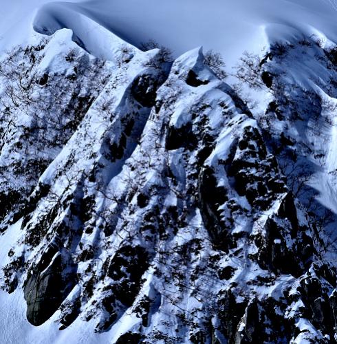 雪庇と鋭い岩峰