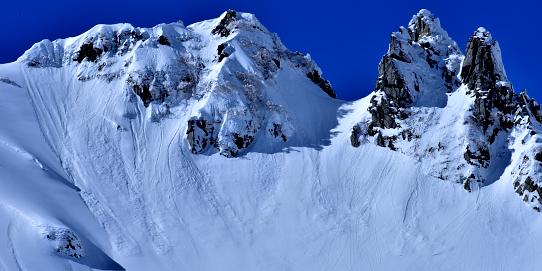 雪崩を落とす針峰