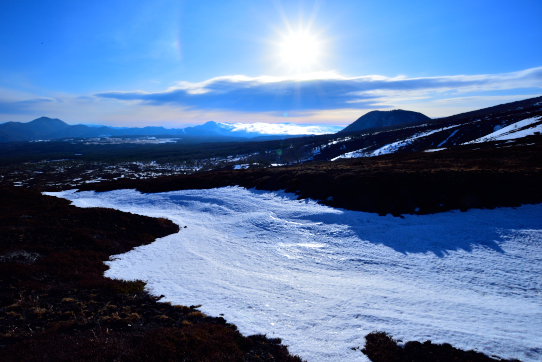 上州の山々を彩る太陽と残雪