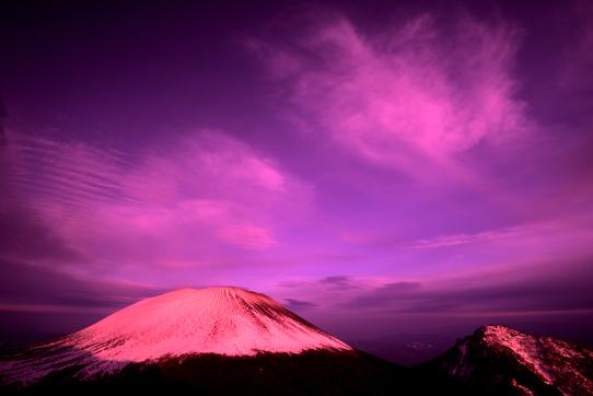 朱色の雲映える浅間山