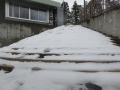 バス停への階段はまだこんな