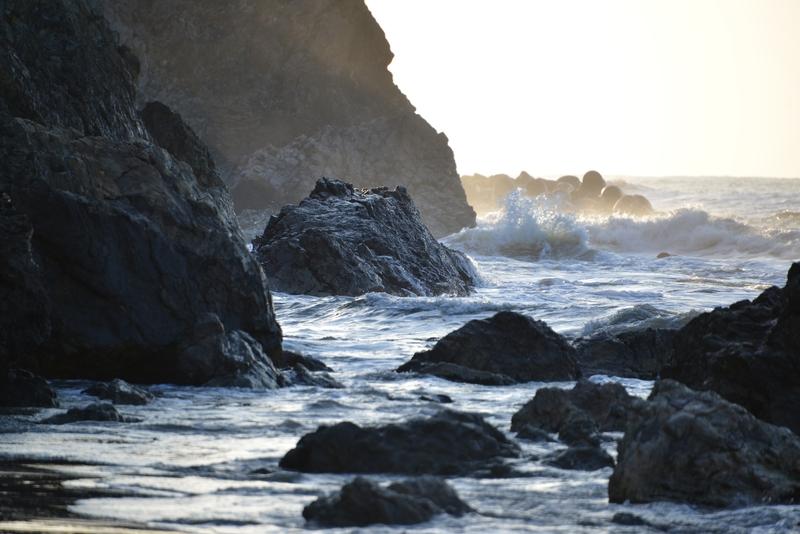 岩場の波-1