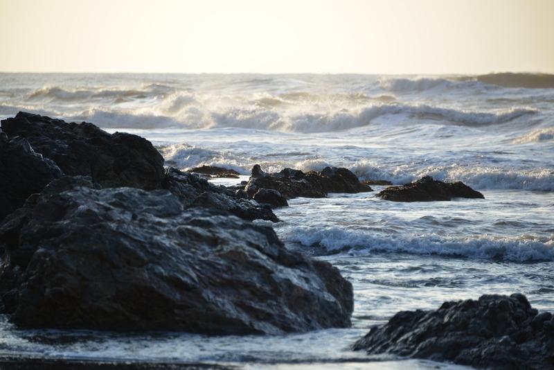 岩場の波-3