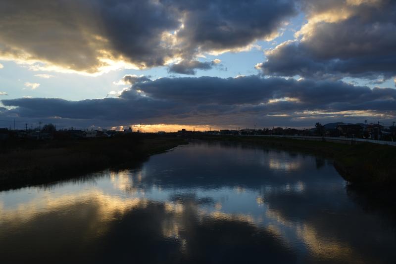 川面に映る雲-1