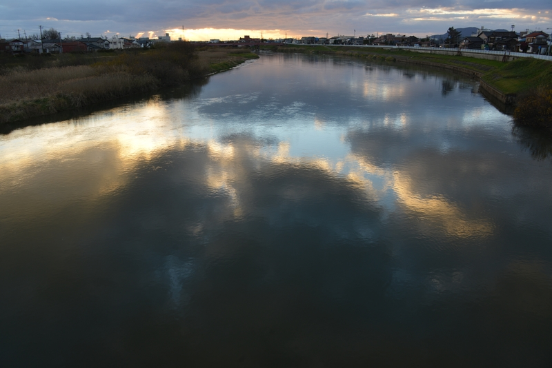 川面に映る雲-2