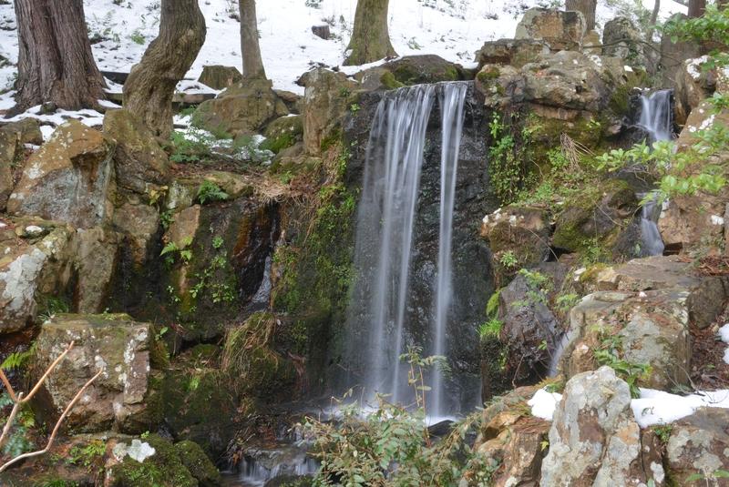 公園内の滝 冬編-2