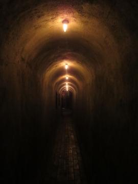 トンネルの先に店舗