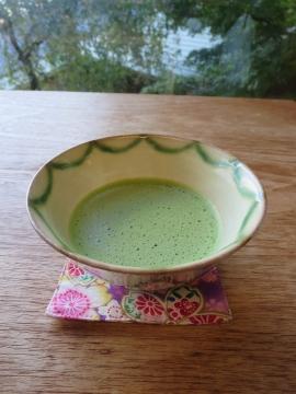生和菓子と抹茶で迎えられます