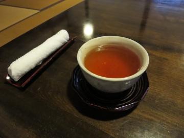 先ずは、おしぼりとそば茶