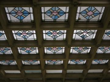 3階吹き抜け天井にはレトロなステンドグラス