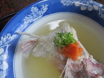 酸味あるお出汁は白ポン酢が落としてある。鯛が美味しい!