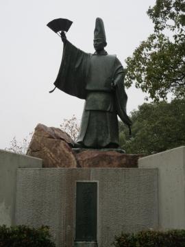 日招像(平清盛の立烏帽子直垂姿の銅像)