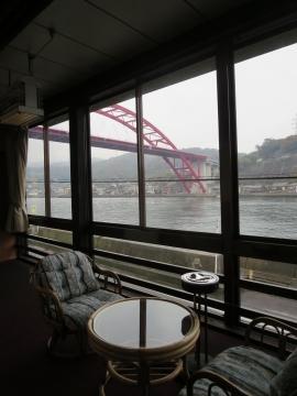 部屋には縁があり、音戸大橋が望めます