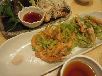 小海老と三つ葉のかき揚げ 780円(手前)、 帝釈軍鶏 980円