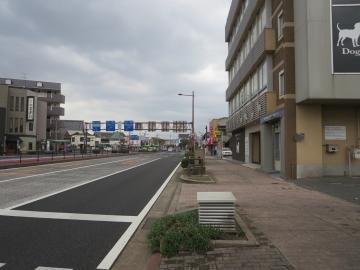 前の通り。正面中央にJR若松駅