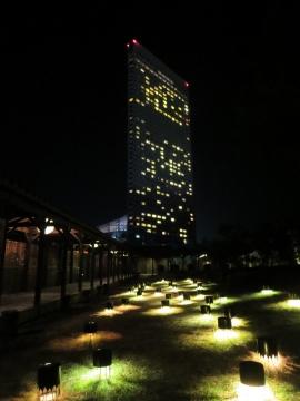 ティーテラス前は幻想的。正面はホテル