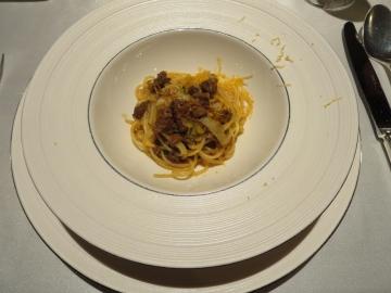 牛ラグーと長葱のスパゲッティーニ 黒胡椒とミモレット