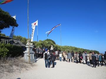 青島神社参拝の行列