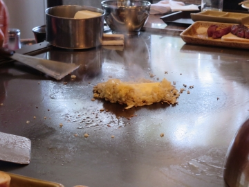チャーハンはジャコと玉葱などを炒めて、ドンとバターを
