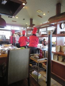 女性シェフは赤、男性シェフは白のコックスタイル