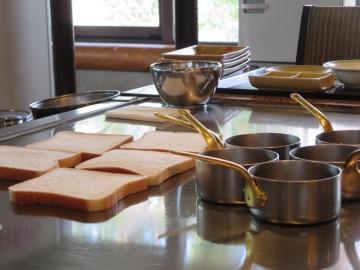 肉の受け皿となるパンとスープパンを温める鉄板