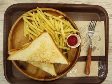 ツナ&チェダーチーズグリルサンド 700円