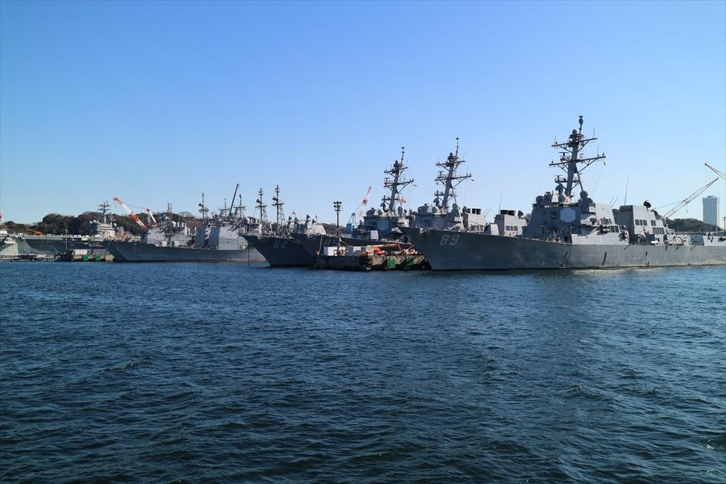 駆逐艦と巡洋艦とが並んで停泊している