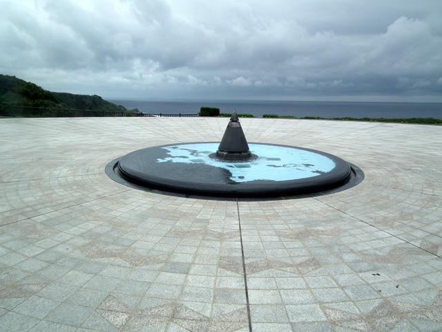 沖縄県平和記念祈念資料館の庭にあるモニュメント