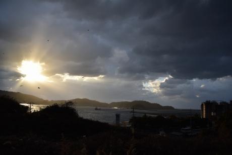 9雲間から漏れる太陽