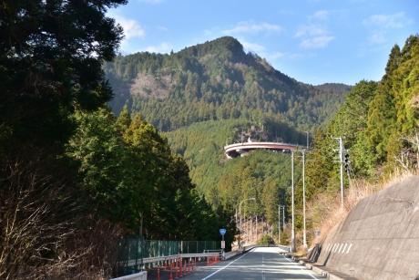 4山に浮かぶループ橋