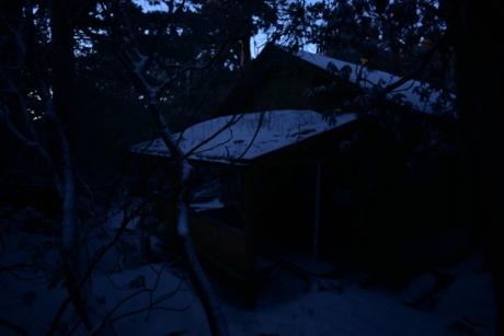 3まだまだ暗い新高塚小屋