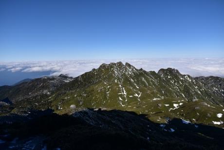 22永田岳の向こうに雲海