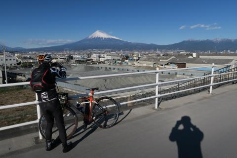 46a駿河湾沿いの道富士山と愛鷹山