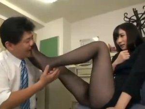 黒パンストOLに無理やりマッサージして足の匂いを嗅ぐセクハラ上司(pornhub)
