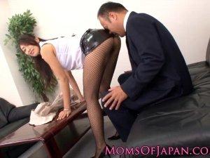ミニスカ網タイ女教師が服装を注意され校長を誘惑xHamster