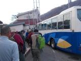バス停前のハイカーの列