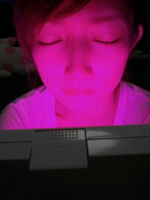 LED美顔器を使用する後藤真希